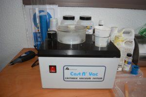 L'enrobeuse à froid Buehler permet, grace à une résine, d'enrober les échantillons avant de les polir pour mesure l'épaisseur de revêtement
