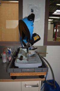 La scie à ruban lubrifiée permet de couper les échantillons