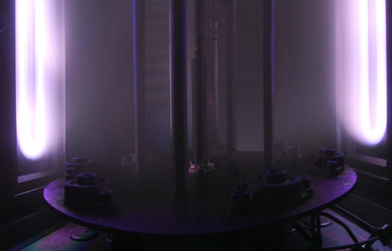 Vue panoramique de l'interieur du réacteur en fonctionnement Les deux sources sont ici activées et crées un plasma en milieu réactif